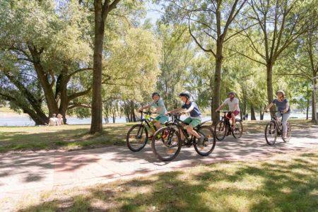 Bei einer Radtour erkunden, wie die Weser sich über die Jahre hinweg verändert hat.